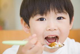 よく噛んで食事をする習慣をつけ、アゴの成長を促しましょう。